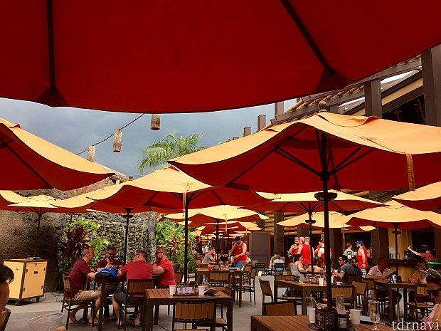 ディズニー ポリネシアン ビレッジ リゾートのTrader Sam'sのバーに移動したところ、ここにも沢山の赤いTシャツグループが。年に一度の非公式大イベント、Disney GayDays 2017。アメリカらしいイベントは、毎年50000人もの参加者が世界中から集まる、賑やかなスペシャルイベントでした。