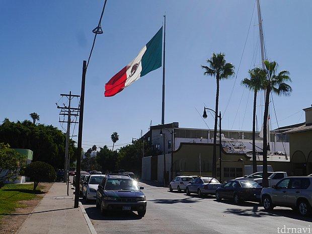特に、名所のようなところがなかったので、とりあえずメキシコの旗を撮っておきました。