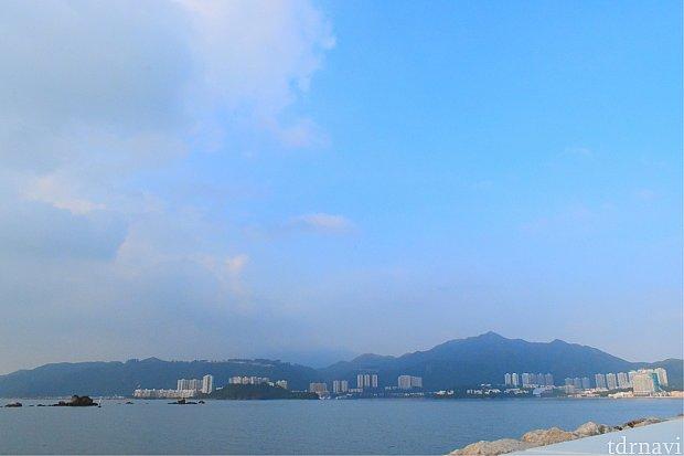 朝なので霧?のような湿気?のような少しモヤっとしていましたが、香港らしい風景だと思います!