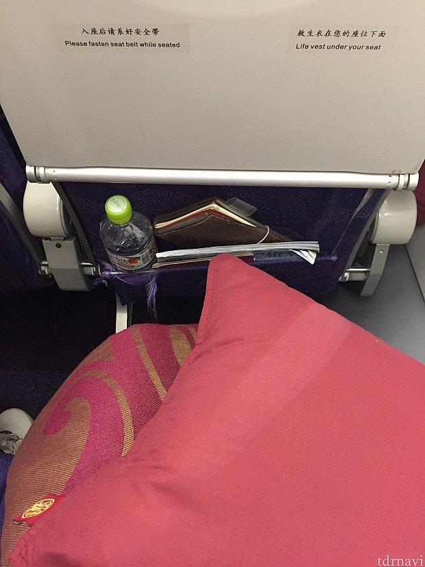 赤色のブランケットと枕が用意されています。