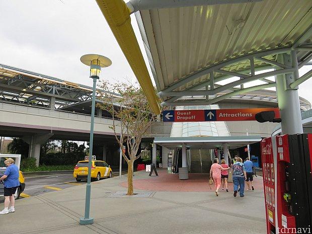 「ユニバーサル・オーランド・リゾート」の降車・乗車場所。ここでタクシーを降り、帰りはここでタクシーを呼びます。上に行くとセキュリティーがあります。