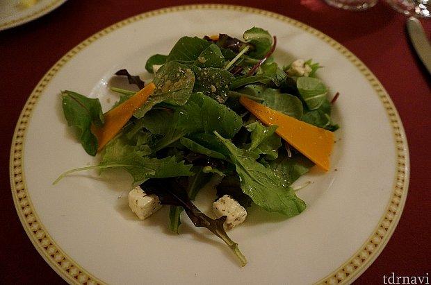 有機ベビーリーフとチーズとクルミのサラダ。ディズニーで遊んでいると野菜不足になりがちなのでもっと量あってもいいなぁ~