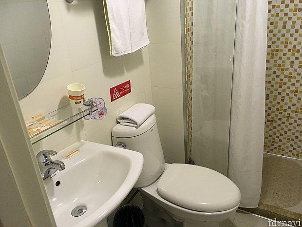 洗面台とトイレ。奥がシャワーです。そういえば、洗面所に入るドアはガラスでした…!