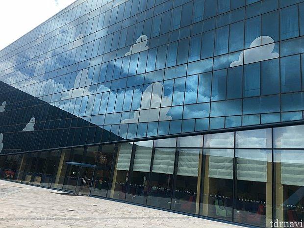 空に雲の壁に本物の空に雲が写っていてなんか幻想的で良かったです💕