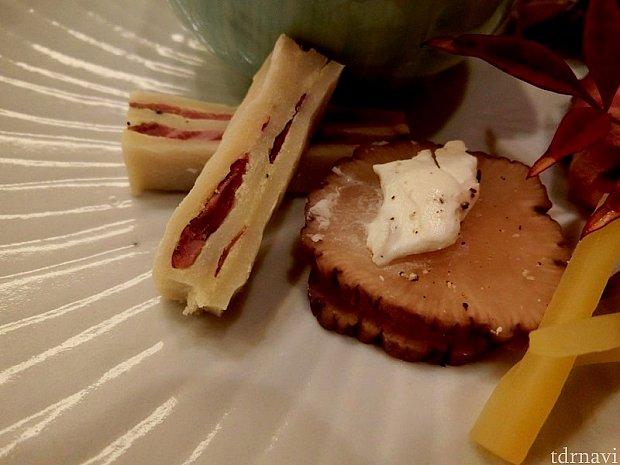 牛タンスモークサンドは、2人の背中をイメージして作ったので、パンはプレスして縞模様を再現。お隣は、切り株をイメージしたいぶりがっこ(スモークしたたくあん)にクリームチーズ。