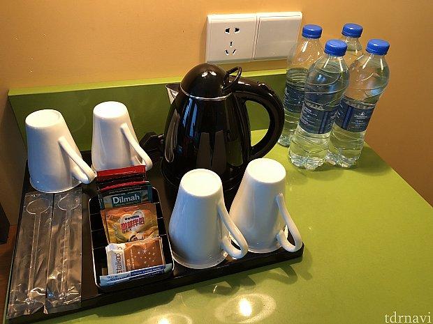 紅茶と中国緑茶のTバッグ インスタントコーヒーがノンカフェインのものと2種類 各2つずつ 水のペットボトルは計6本 下には冷蔵庫がありますが中は空です