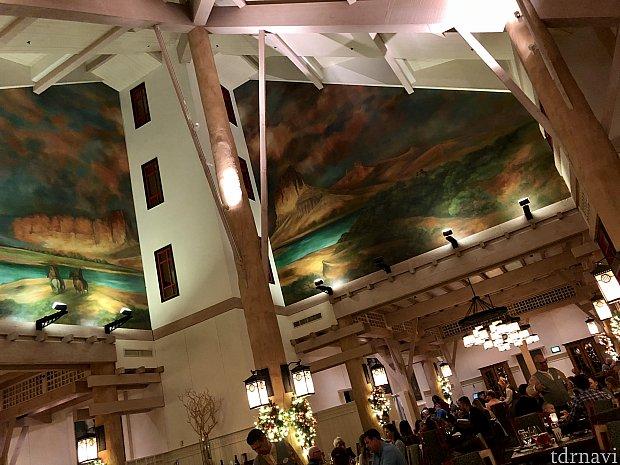 奥に進むと高い天井が広がった開放的なレストラン。