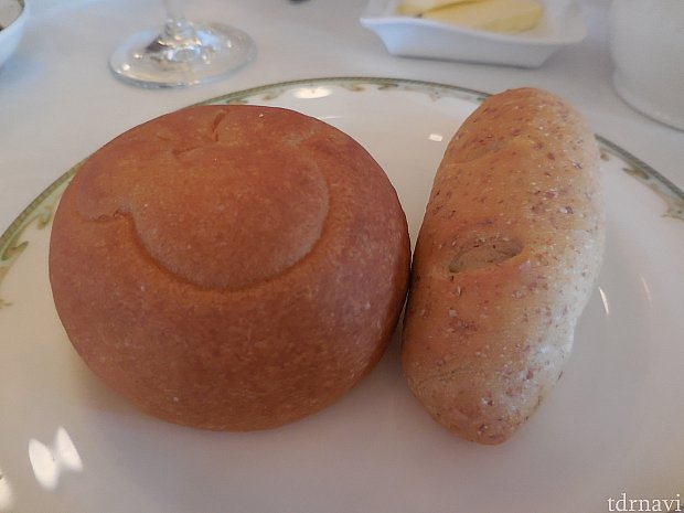 米粉のパンには、ミッキーシェイプの刻印が押されています。右隣がライ麦のパンです。