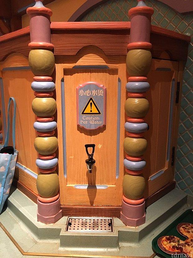 レジを出ると給湯器があります。ホットチョコレートなどは粉末のスティックタイプなのでここでセルフでお湯を入れます。