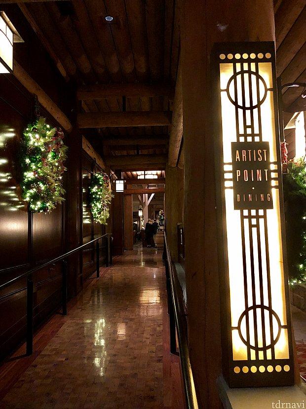 控えめな看板のスロープを辿っていくと、レストランに着きます。看板からもわかる様に、フランクロイドライトで有名な「ミッドセンチュリーモダン」と言うデザインがこのレストランのインテリアの特徴です。