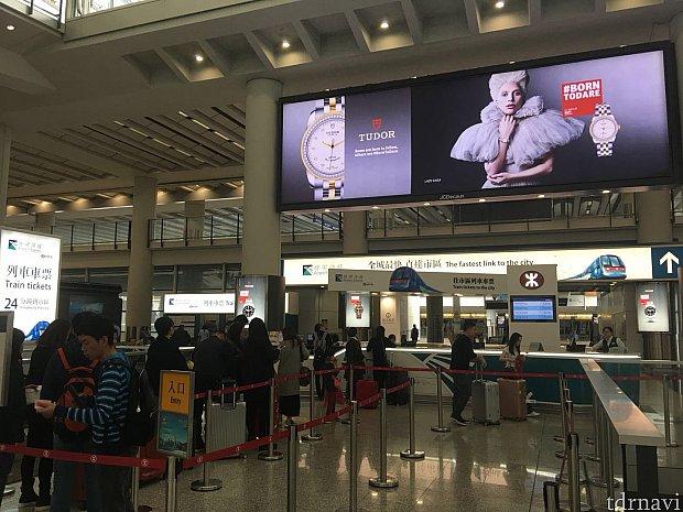 空港の到着ロビーをでるとすぐ目の前がエアポートエクスプレスのチケット売り場になっています。オクトパスカードを買えばエアポートエクスプレスもそのまま利用できます。