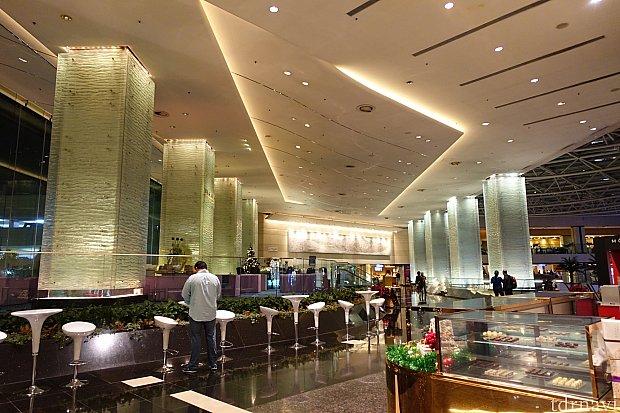 ホテルのロビーは圧倒的な広さ!想像していたよりもオシャレ!