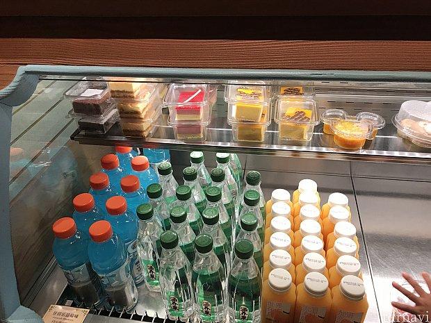 レジ横冷蔵庫のドリンクやデザートなどです。