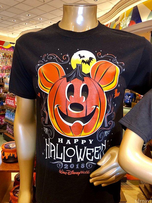 先ずはシャツからご紹介していきましょう。これはThe Disney Halloween と言ったところですね!きちんと2018と入っています。暗闇で光るらしいです。$24.99