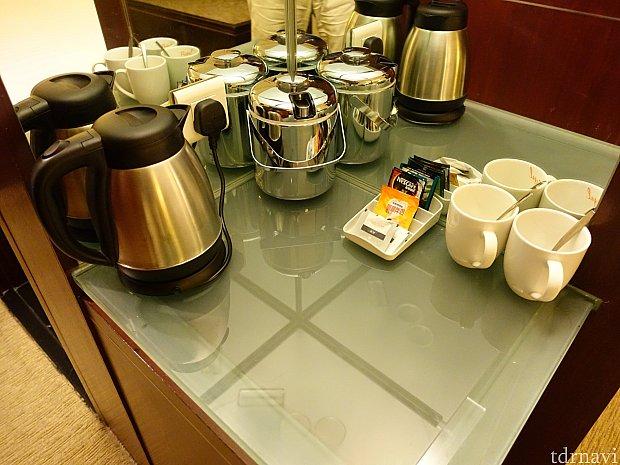 電気ケトルやコーヒーなどが揃っています。水は洗面台に2本あります。