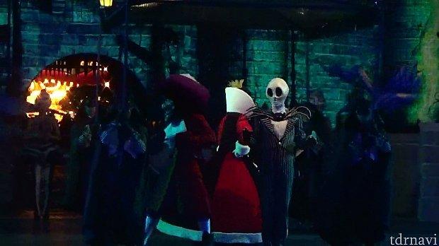 中央奥にフック船長、ハートの女王、ジャックがいます。