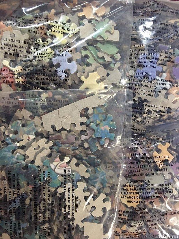 箱を開けると大量のジグソーパズルのピースが。