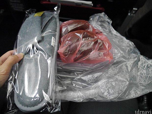 アメニティ類。スリッパ、ヘッドホン、毛布。