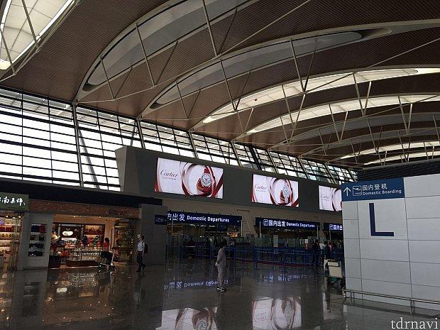 国内線搭乗入口のすぐ横!第二ターミナルのLのところにあります。