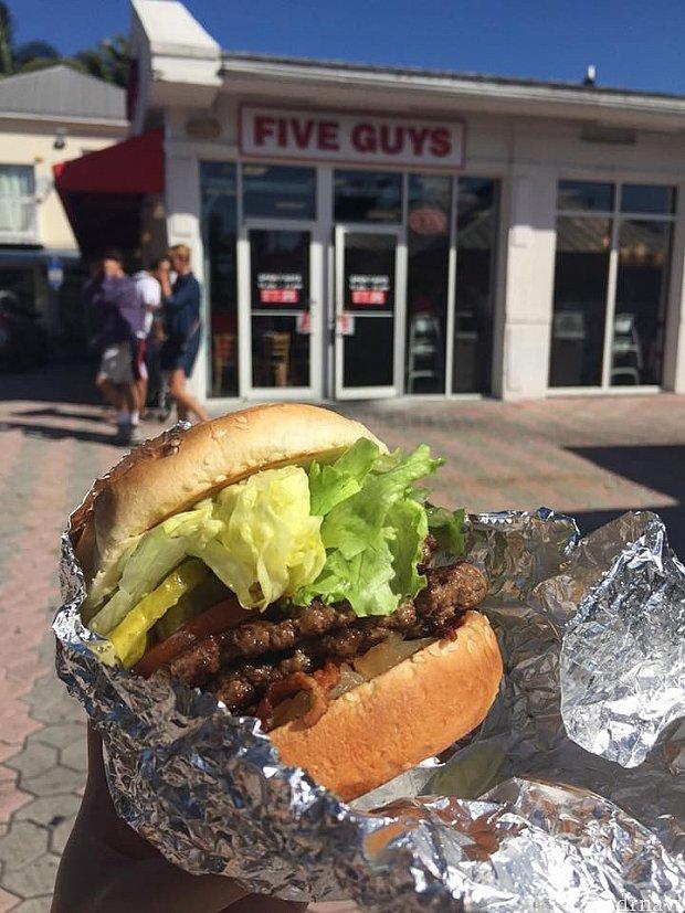有名なバーガー店Five Guysもあります!ここのベーコンバーガー、トッピング全部のせのBBQソースがおすすめ。