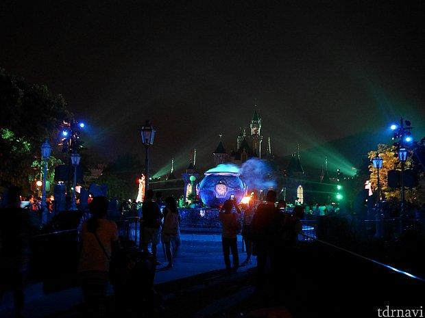 メインストリートをパレードが通過したら城前に移動!怪しいお釜の周辺をダンサーが踊っていたり、照明や炎などの全体が見えます!