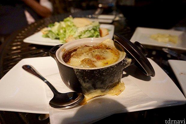 フレンチオニオンスープ。濃厚でとてもいけてました。