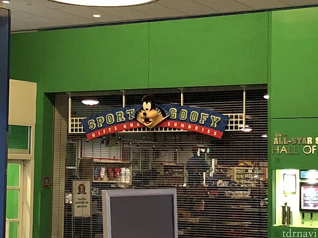 souvenir shopです。 品揃えはまぁまぁあります。 年パ割引、マジックバンドでの精算できます。