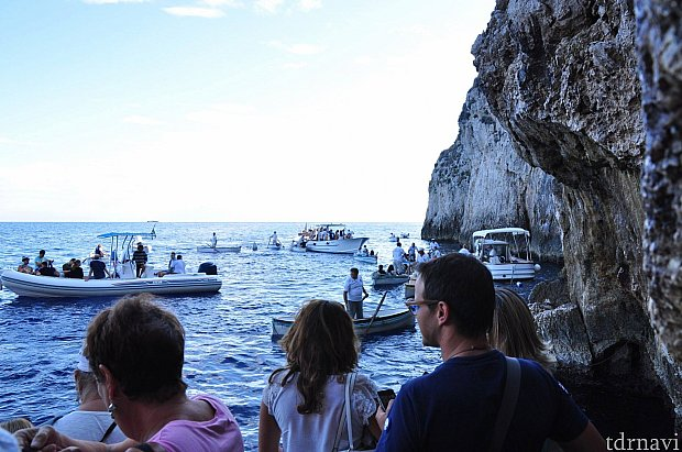 カプリ島の港から船で青の洞窟に来る方法もあります