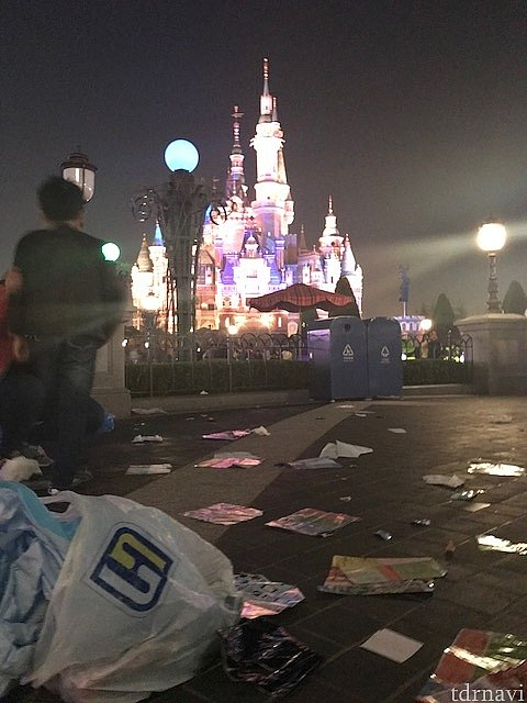 イグナイト後の足元。ゴミがたくさん落ちています。数歩先にはごみ箱あるのにナゼ??!