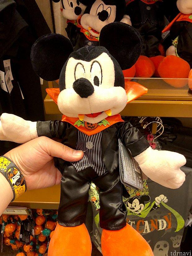 今年のミッキーはこんな感じで、オレンジ色のキバを持っています。$19.99