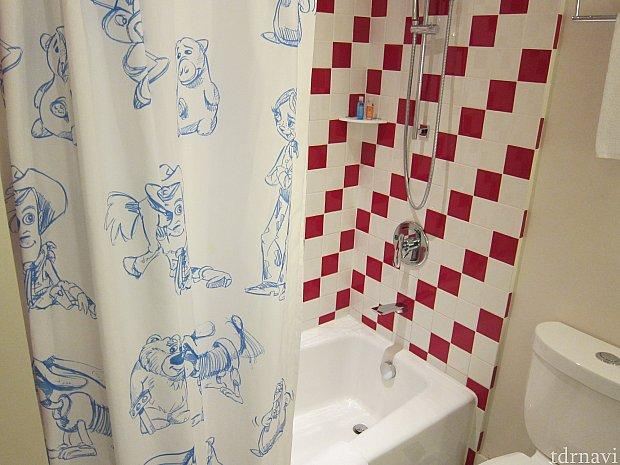 シャワーカーテン。シャワーの出はいまひとつ。