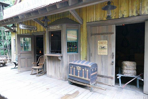 この駅は蒸気機関車の水の補給や一攫千金を目指して旅する夢追い人達が船や列車を乗り換えるポイントとして利用されています。ここは開拓者達の夢の分岐点。