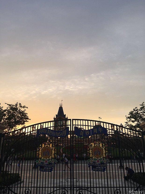 1周年ということで仕事終わりに駆けつけました!門にも1周年の飾りがひっそりとついていました。