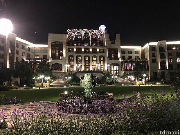 中庭から見た上海ディズニーランドホテル