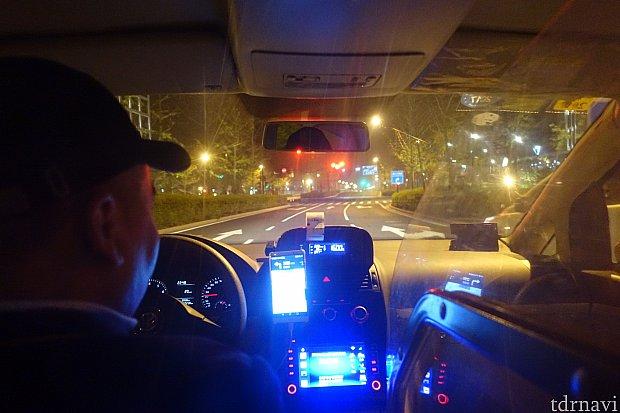 カーナビを見ながら不安そうに進む運転手さん。