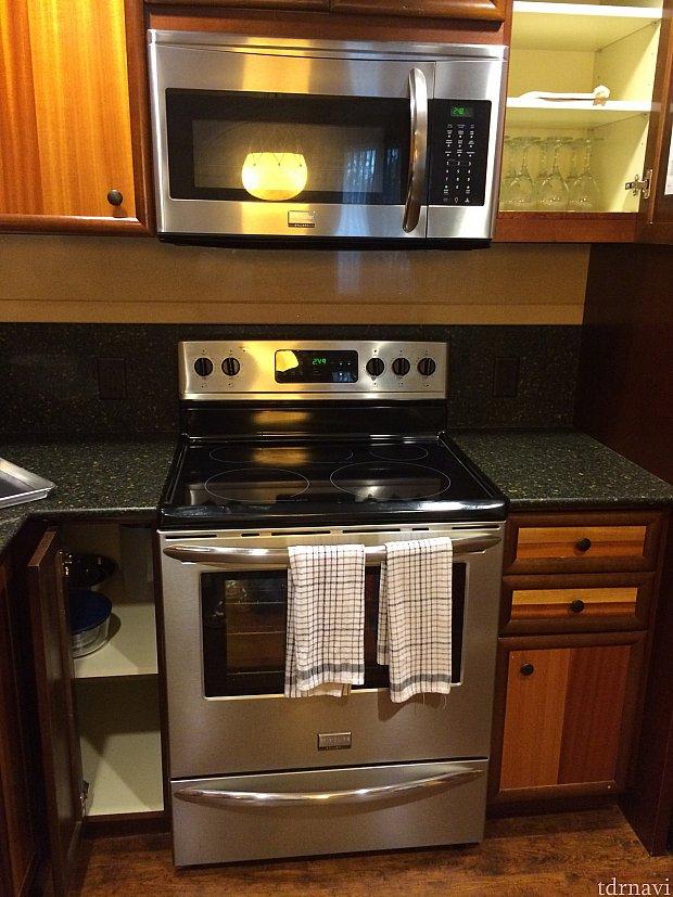 IHクッキングヒーターの下はオーブンです!上には電子レンジも完備
