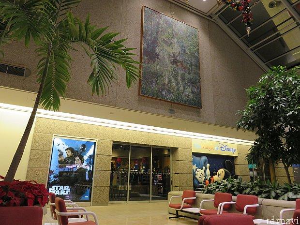 深夜のオーランド国際空港。ディズニーのショップももちろん閉まっています。ここでの待ち時間が本当にきつかった。