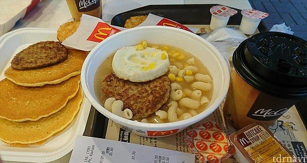 次の朝はマクドナルド。香港らしいマカロニスープのセットで。 この辺りは学校が多いので、朝食を取る中高生が沢山いました。