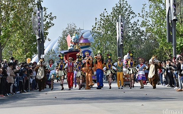 先頭からメインキャラクターが一列に並んで歩いてくる姿が見えるとテンションが上がります。