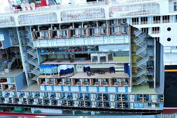 マジック号は11階建てなのですが、手前の階段が途切れてからまだ下に2~3フロアあるのがお分かりいただけるでしょうか!キャストさんのお部屋があるんですね!デッキ3にはバー&ラウンジ、デッキ5にはオセアニアクラブが見えます!