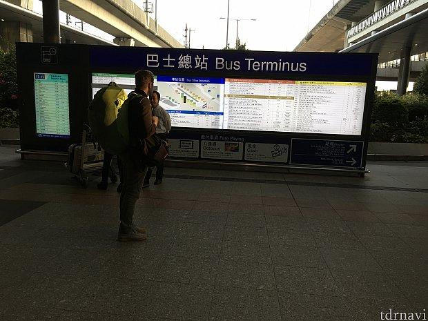 到着ロビー中央のスロープを下り、右に行くとバスターミナルがあります。案内も出ていますよ