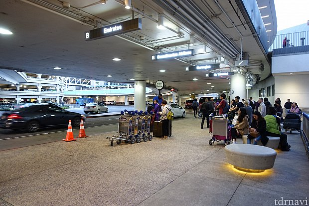 ロサンゼルス空港(Tom Bradley International Terminal)を出て右端にあるスーパーシャトル乗り場