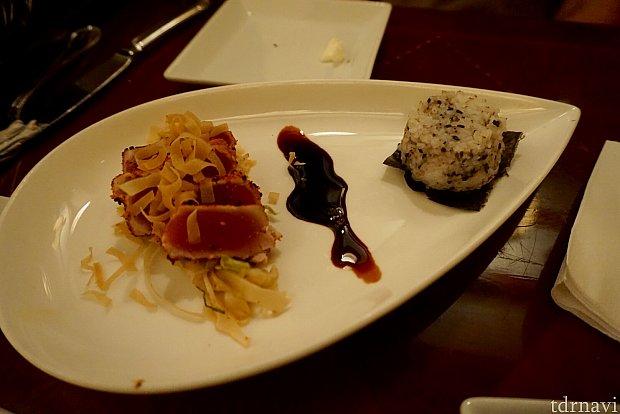 アパタイザーのTogarashi- Crusted Ahi Tunaは、いわゆるマグロのタタキです。唐辛子が周りに付いているらしいですが、その味はほとんどしませんでした。通常価格は$15。