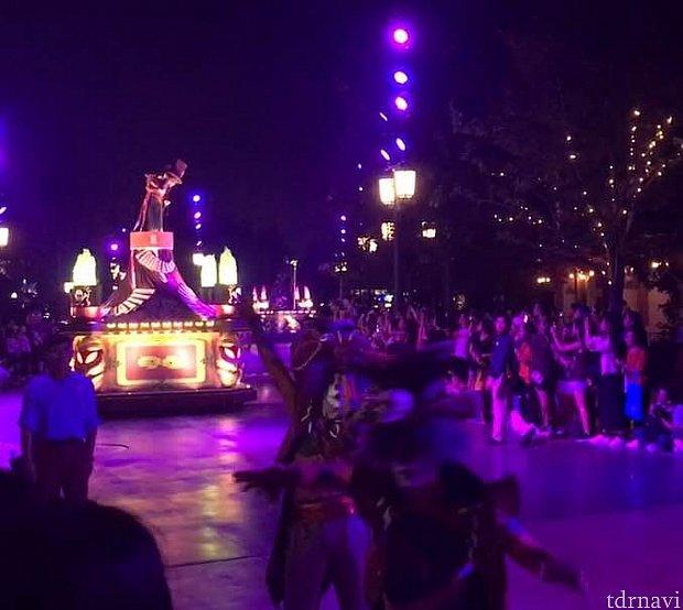ダンサーさんたちがフロートの前で踊りながらの登場です。