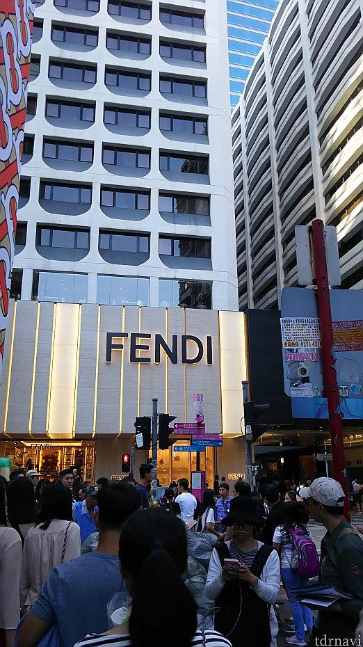 FENDIが見えたら左折!