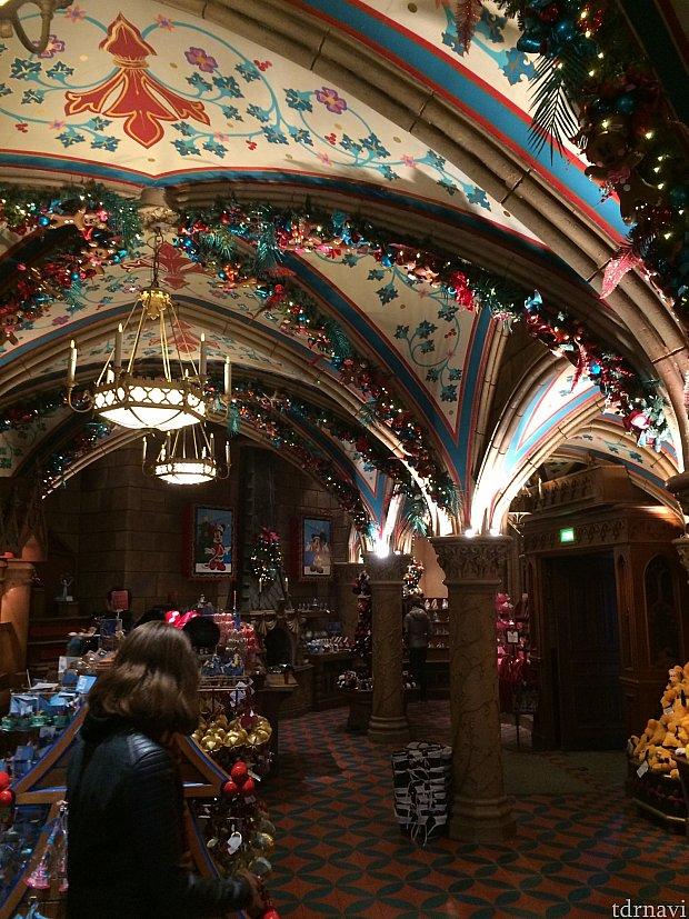 お城の中のクリスマスショップ