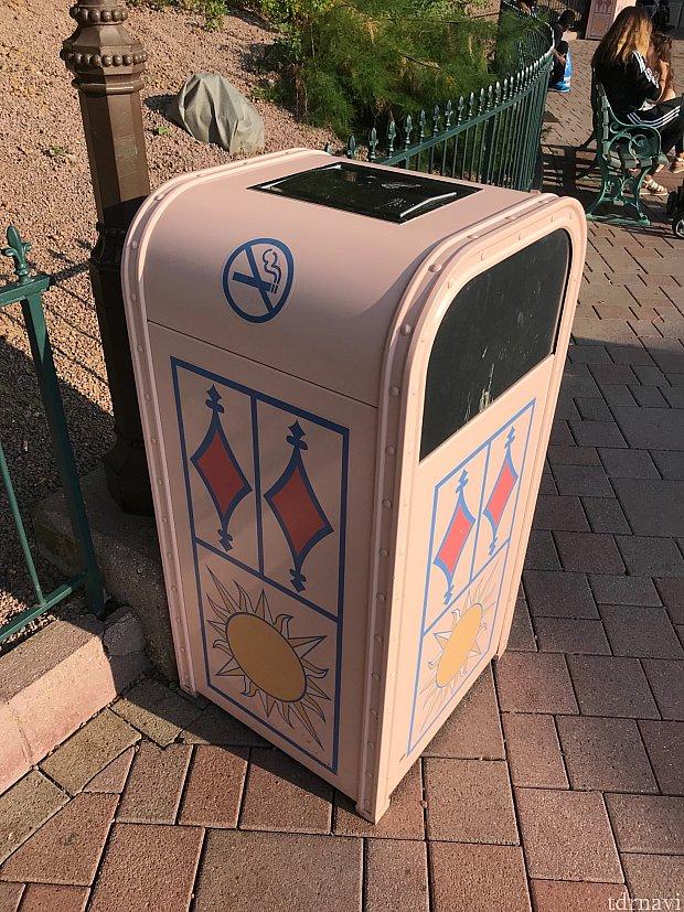 禁煙マーク付きのゴミ箱