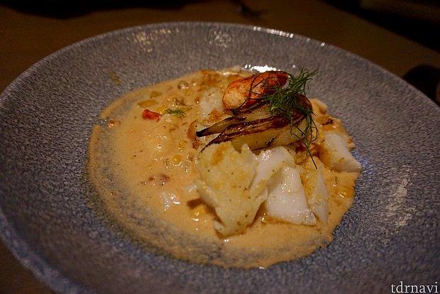 メインディッシュの「Seared Scrod」はとても繊細なソースで頂く白身魚の料理。量もアメリカレストランにしてはかなり控え目。お値段$22。でもとても美味しかったです。ソースはクラムチャウダースープに似ていました。