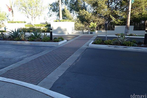 この横断歩道を渡って、右に曲がります。
