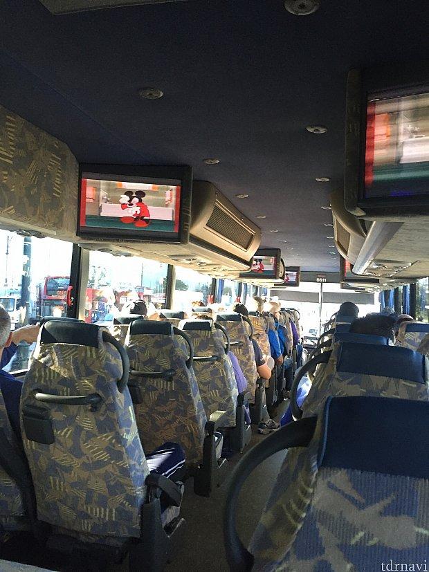 帰りはバスで空港へ。ミッキーのアニメが流れていました。